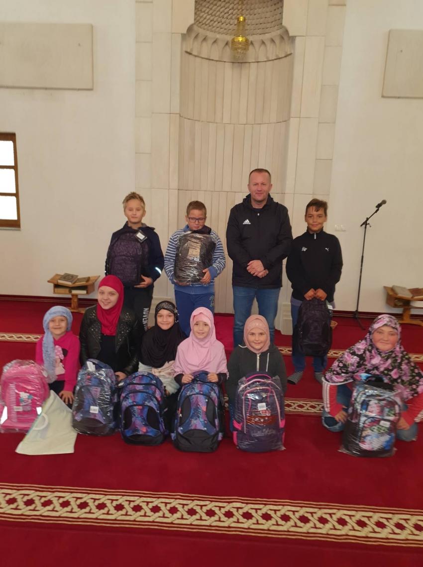 U Bosanskoj Kostajnici podijeljen školski pribor povratničkoj djeci