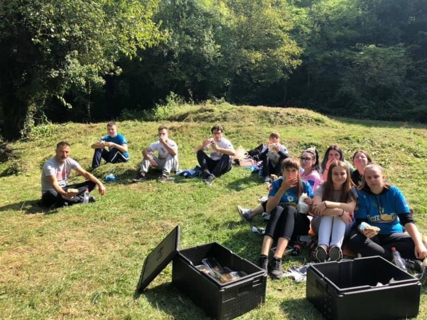 "Članovi Mreže mladih Kozarac u akciji čišćenja ""Let's Do It – očistimo zemlju za 1 dan"""