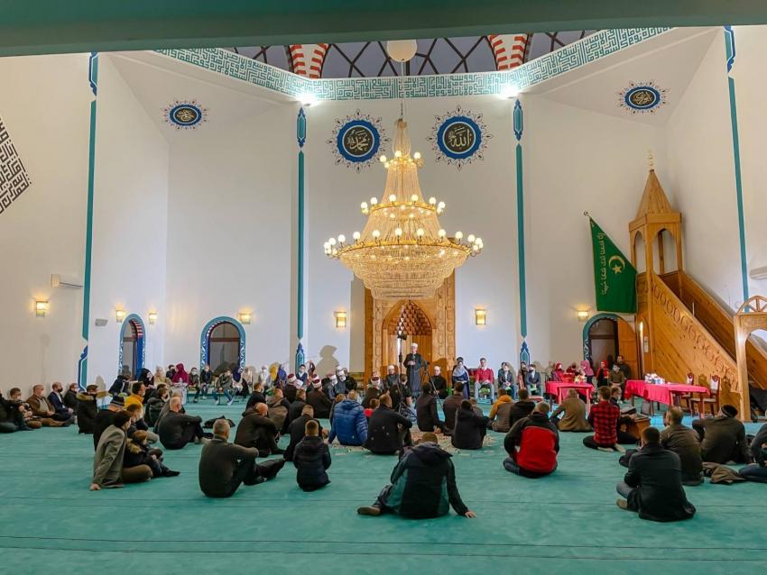 Takmičenje u učenju sure En-Nebe' napamet u Hamzi-begovoj džamiji u Sanskom Mostu