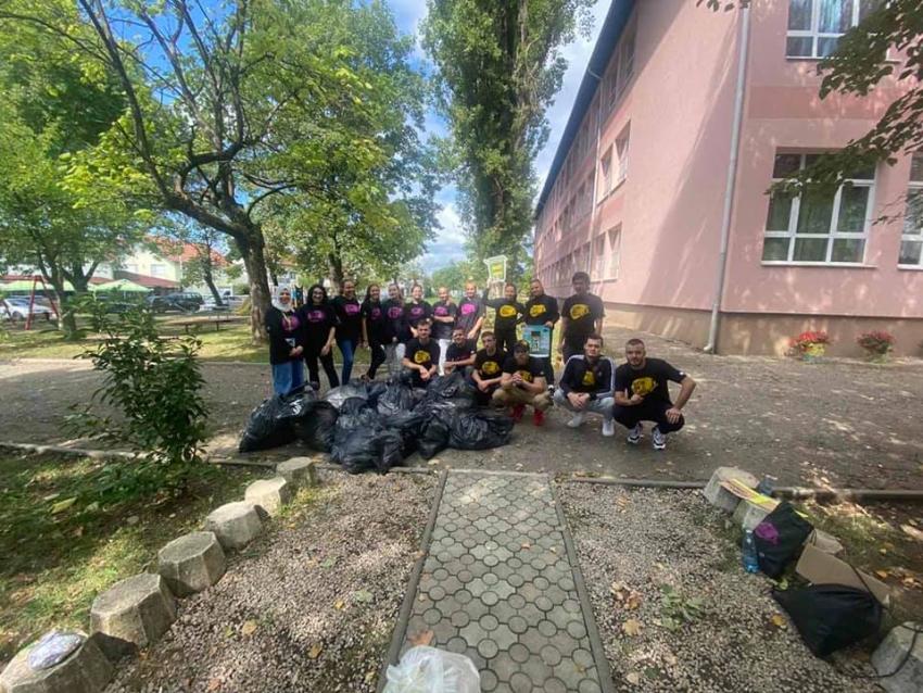 """Kozarac: Mladi učestvovali u akciji čišćenja """"Let's Do It-očistimo zemlju za 1 dan"""""""